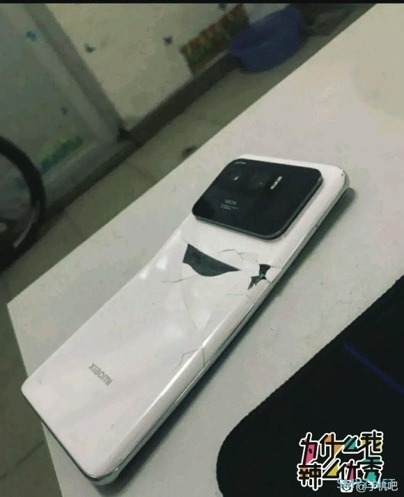 小米11 Ultra首摔:机身变弯 维修价格曝光